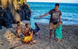 Naturalna suszarka wznieona przez dzieciaki. Plaża Pasir Putih