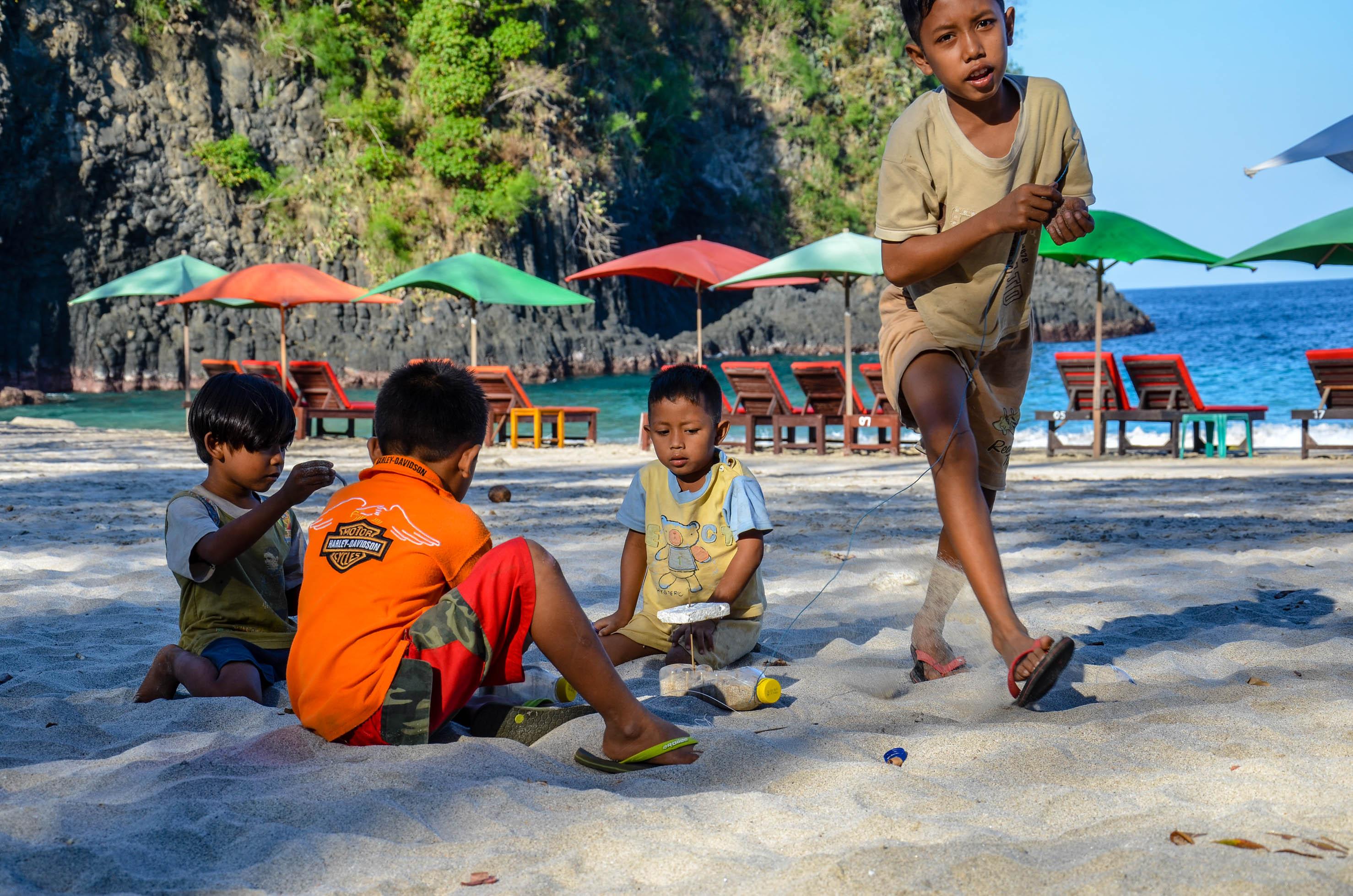 Zabawy w piasku na plaży Pasir Putih