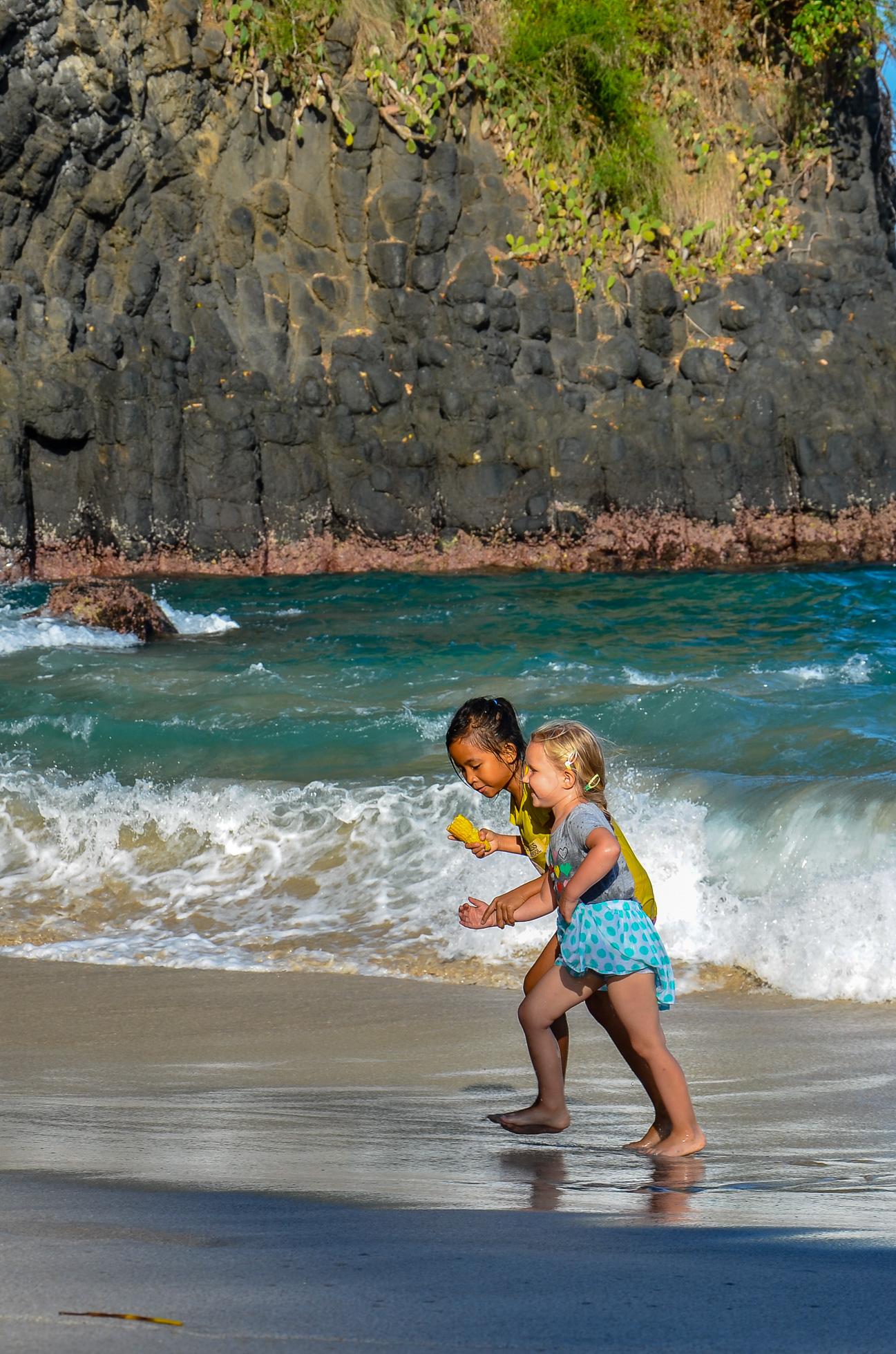 Zoja i Sari uciekają przed falami