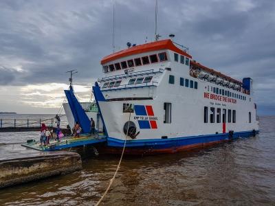 Prom pływający na trasie Singkil - Pulau Balai. Singkil, Sumatra, Indonezja.