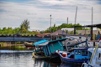 Przystań w Singkil tuż przed wypłynięciem na wyspy Banyak. Singkil, Sumatra, Indonezja