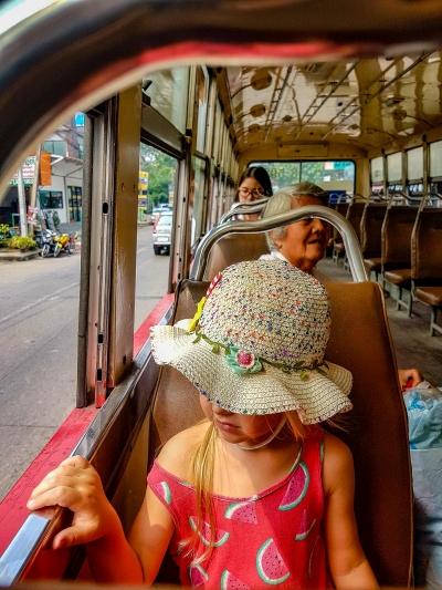 Podróż miejski autobusem. [O podróżowaniu] Bangkok, Tajlandia