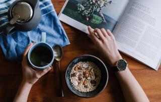 Kubek herbaty, owsianka i czasopismo.