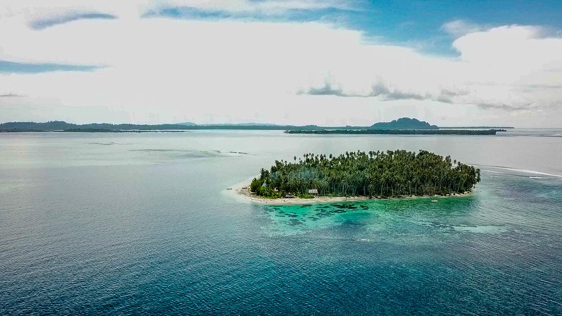 Widok na wyspę z góry. Tailana, Wyspy Banyak, Indonezja