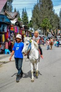 Jazda konna wokół rynku w Berastagi. Berastagi, Indonezja.