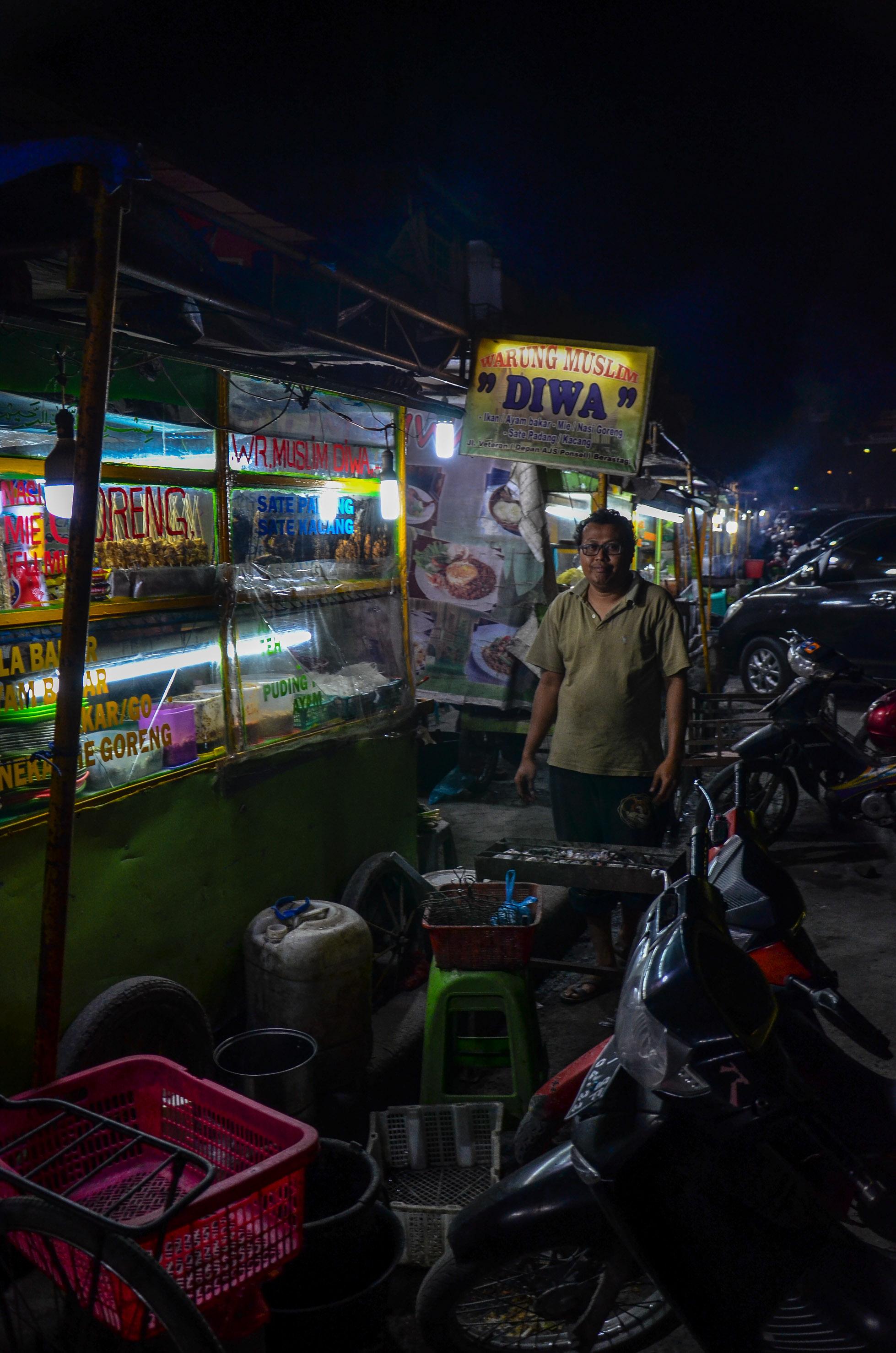 Jeden z kupców handlujących jedzeniem w Berastagi. Berastagi, Indonezja.