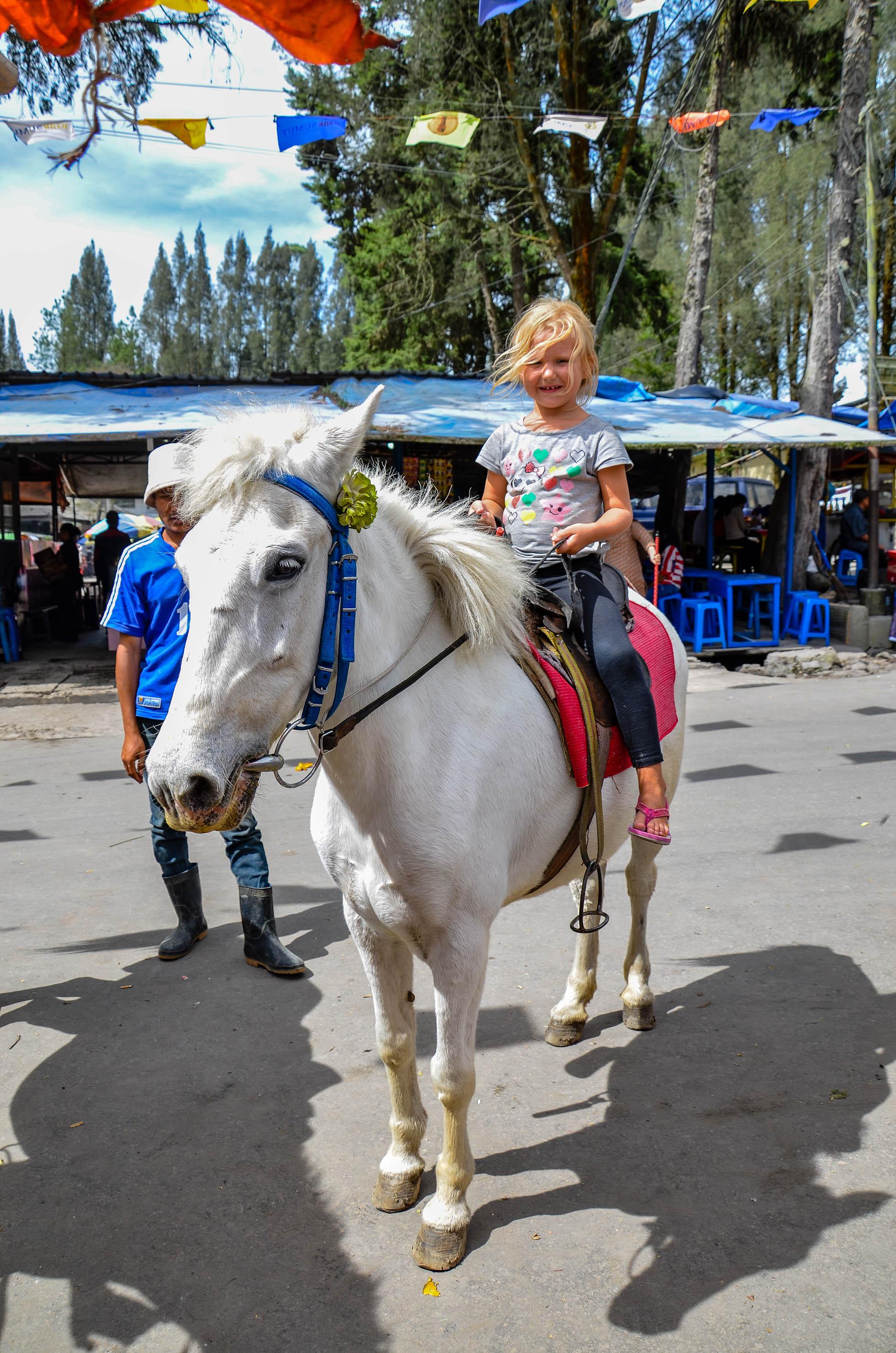 Pierwszy raz w życiu na koniu. Berastagi, Indonezja.