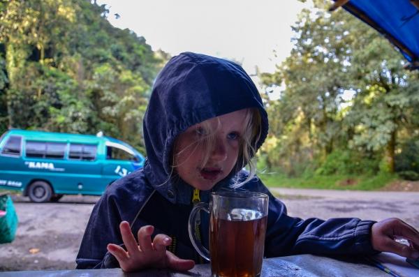 Poranna herbata w budce strażników. Berastagi, Indonezja.