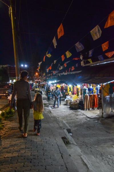 Spacer wieczornymi ulicami Berastagi. Berastagi, Indonezja.