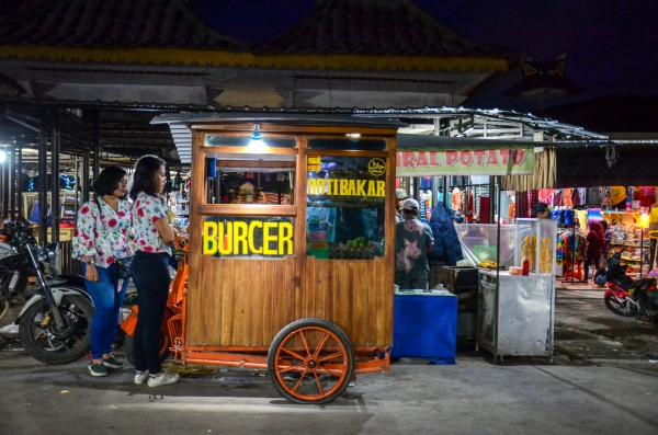 W okolicach rynku można zakupić też Burgery. Berastagi, Indonezja.