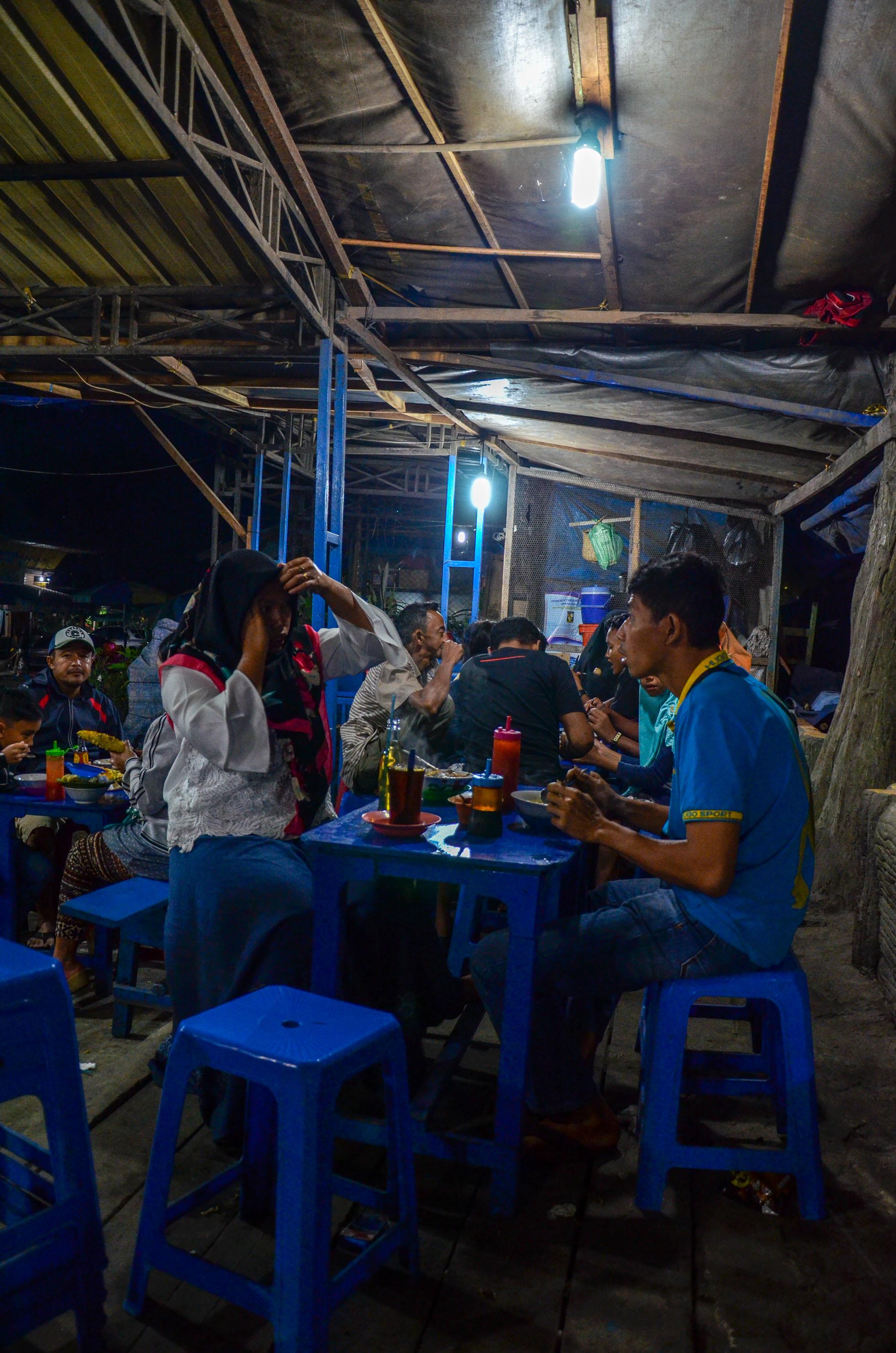 Wieczorne rozmowy przy kolacji. Berastagi, Indonezja.