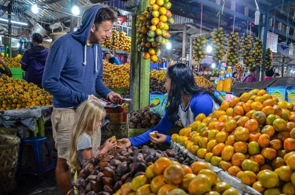 Wieczorne zakupy na rynku pełnym świezych salaków i mandarynek. Berastagi, Indonezja.