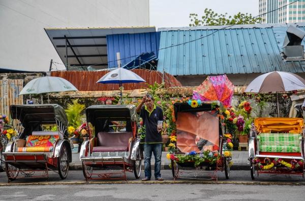 Riksze czekające na klientów. George Town, Malezja