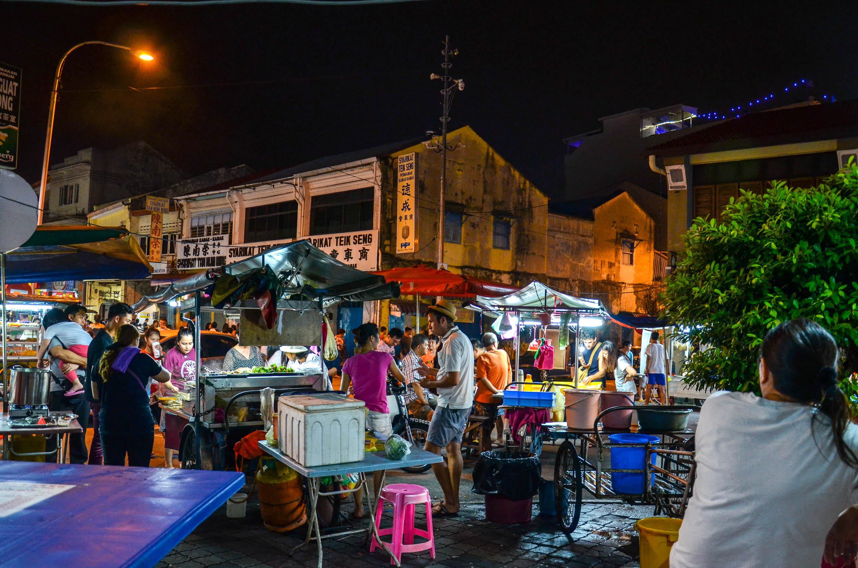Nocny rynek na ulicy Kimberley. George Town, Malezja.