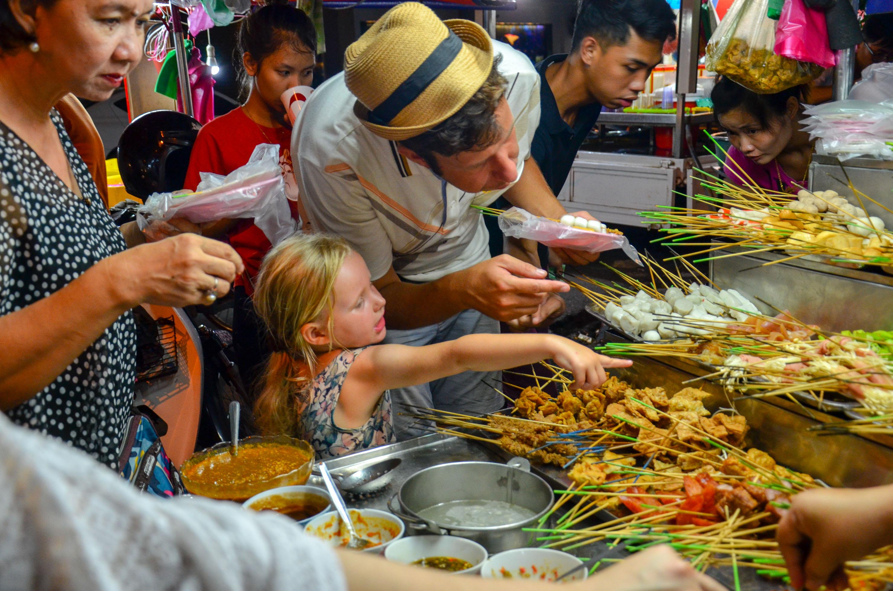 Uliczne jedzenie wieczorami pojawia się znikąd i przytłacza. Penang, Malezja