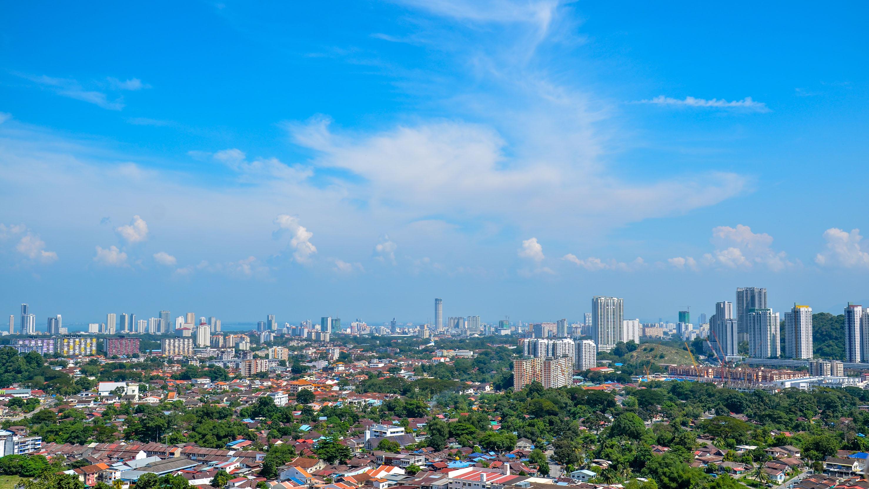 Widok na George Town z tarasu świątyni Kek Lok Si. Penang, Malezja