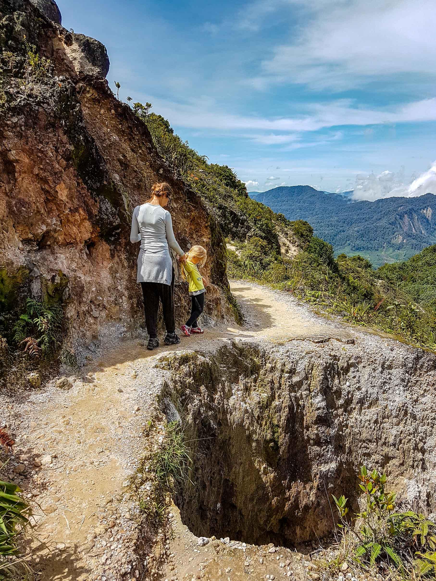 Ścieżka na wulkan momentami bywała wąska. Sibayak, Indonezja.