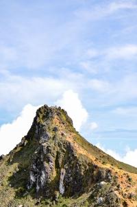Jedno ze wzniesień na kalderze wulkanu. Sibayak, Indonezja.