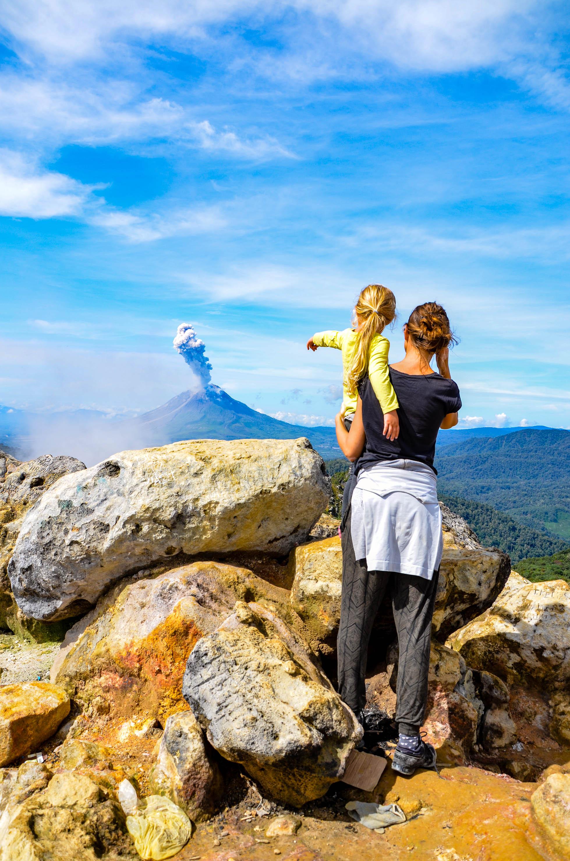 Sinabung wyrzuca popiół. Sibayak, Indonezja.