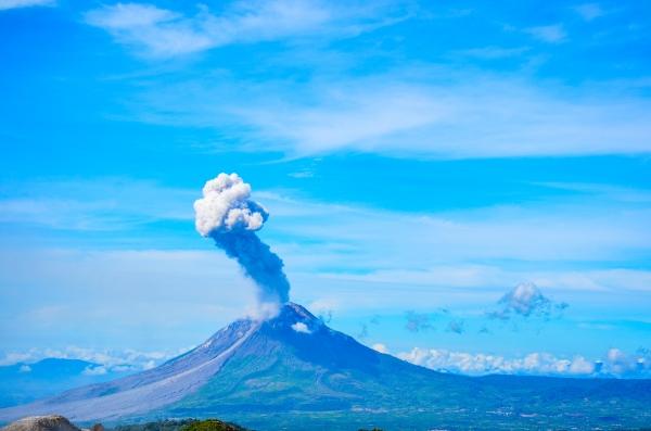 Widok na Sinabung wyrzucający popiół. Sibayak, Indonezja.