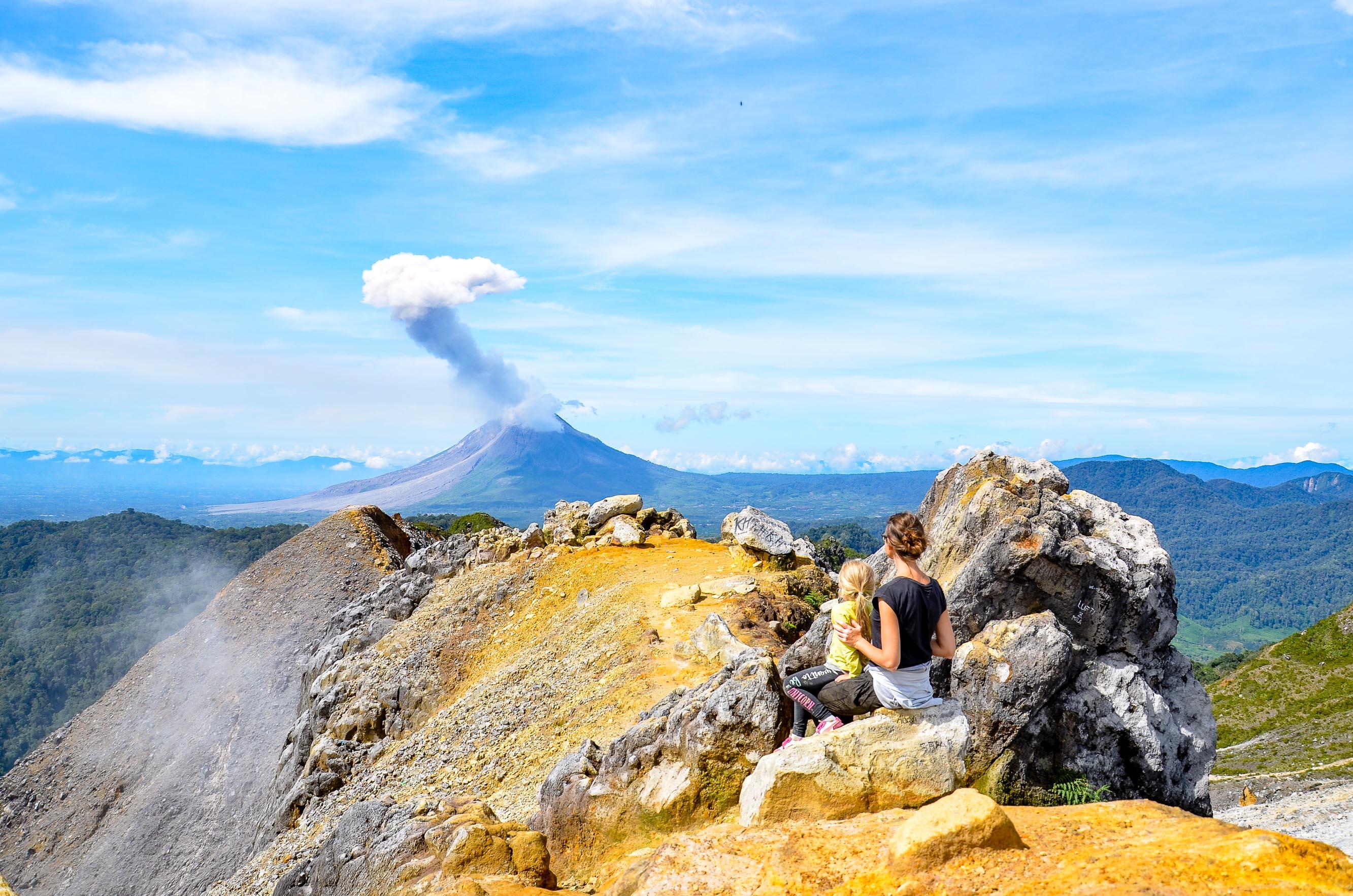 Widok z kaldery wulkany Sibayak na wyrzucający popiół Sinabung. Sibayak, Indonezja