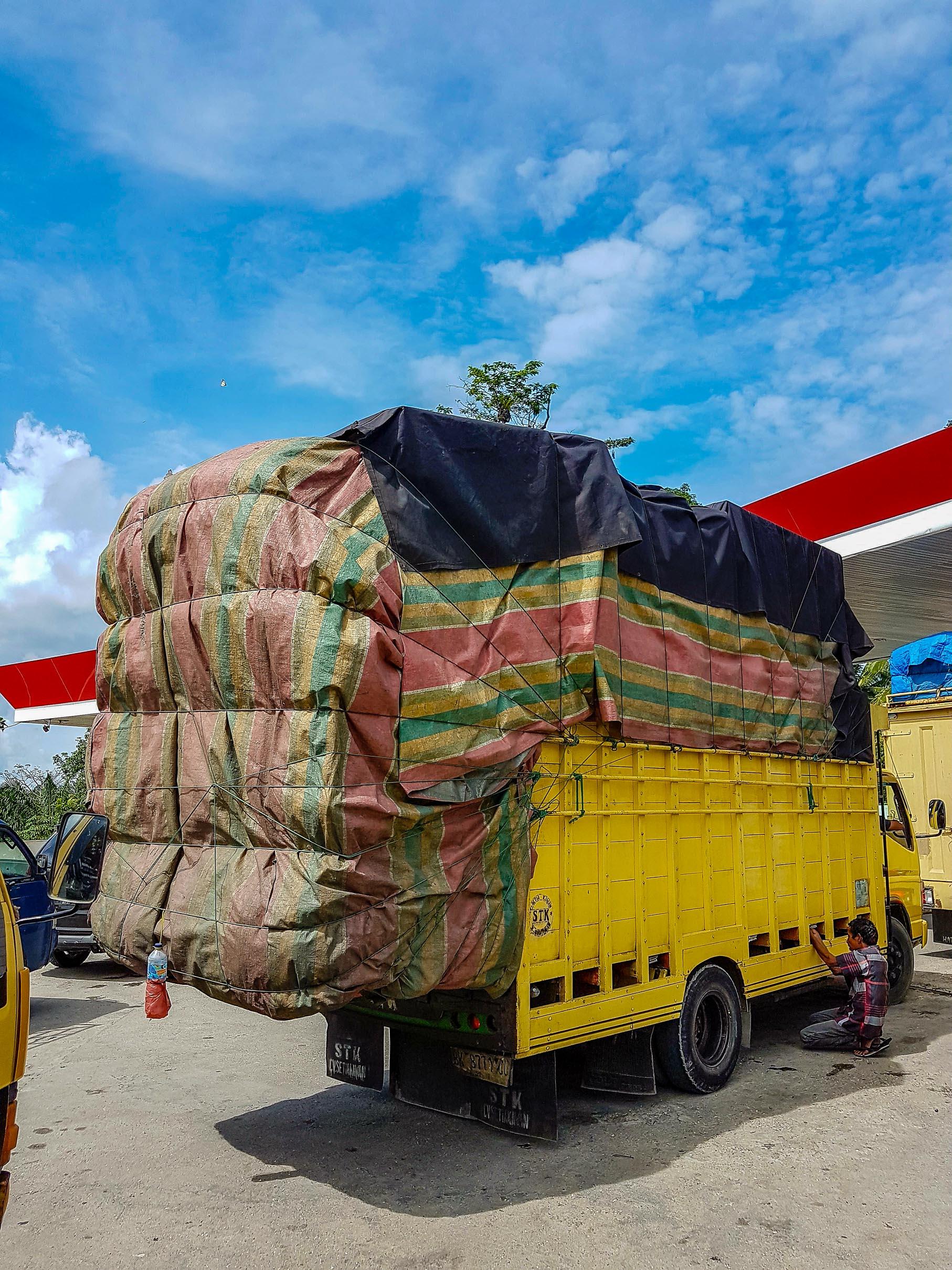 Ciężarówka lekko przeładowana. Sumatra, Indonezja