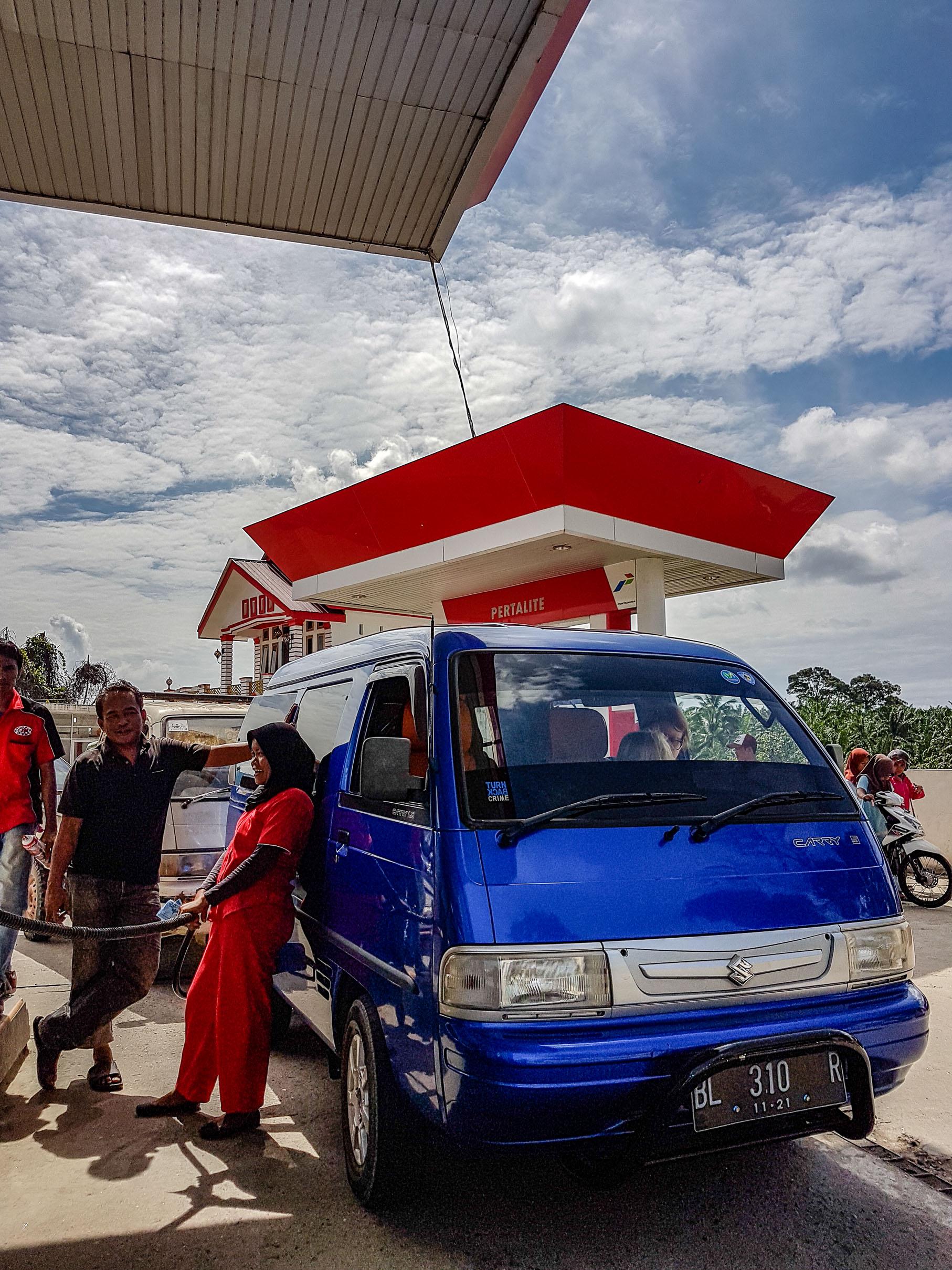 Stacja benzynowa w Sebulussalam. Sumatra, Indonezja