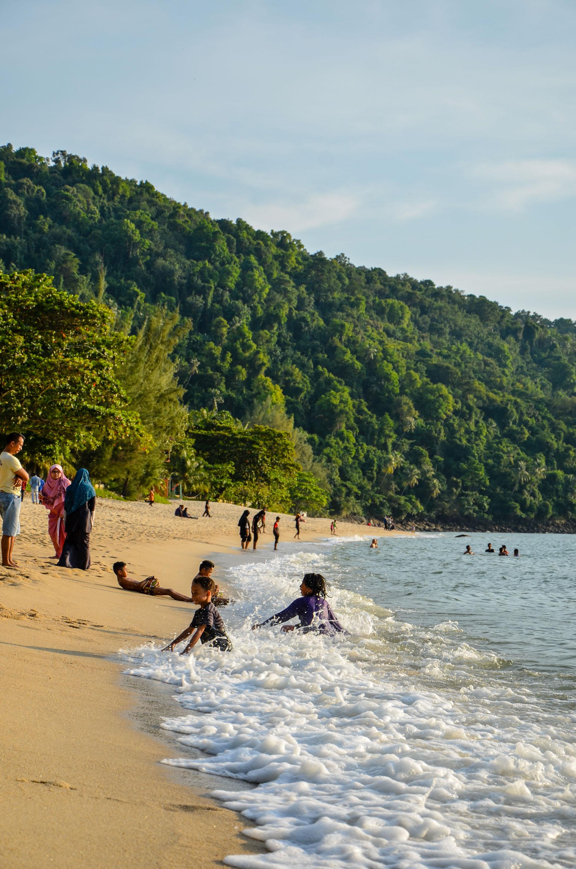 Długa plaża na południowo-zachodnim krańcu wyspy. Penang, Malezja.