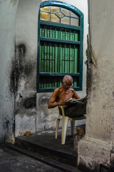 Mieszkaniec podczas wieczornego odpoczynku. Penang, Malezja.
