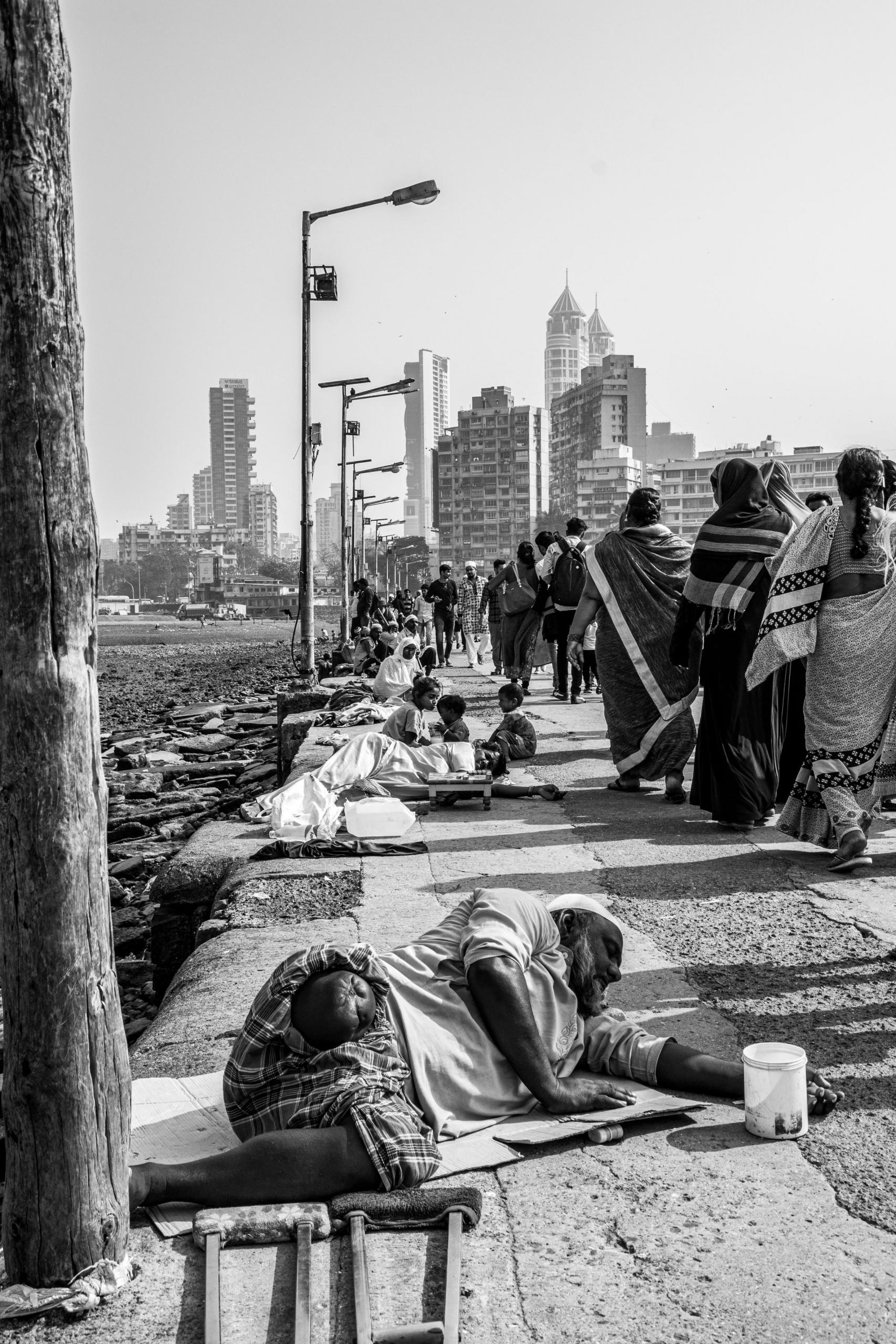 Żebracy na grobli prowadzącej do świątynii. | Haji Ali Dargah | Mumbaj | Indie