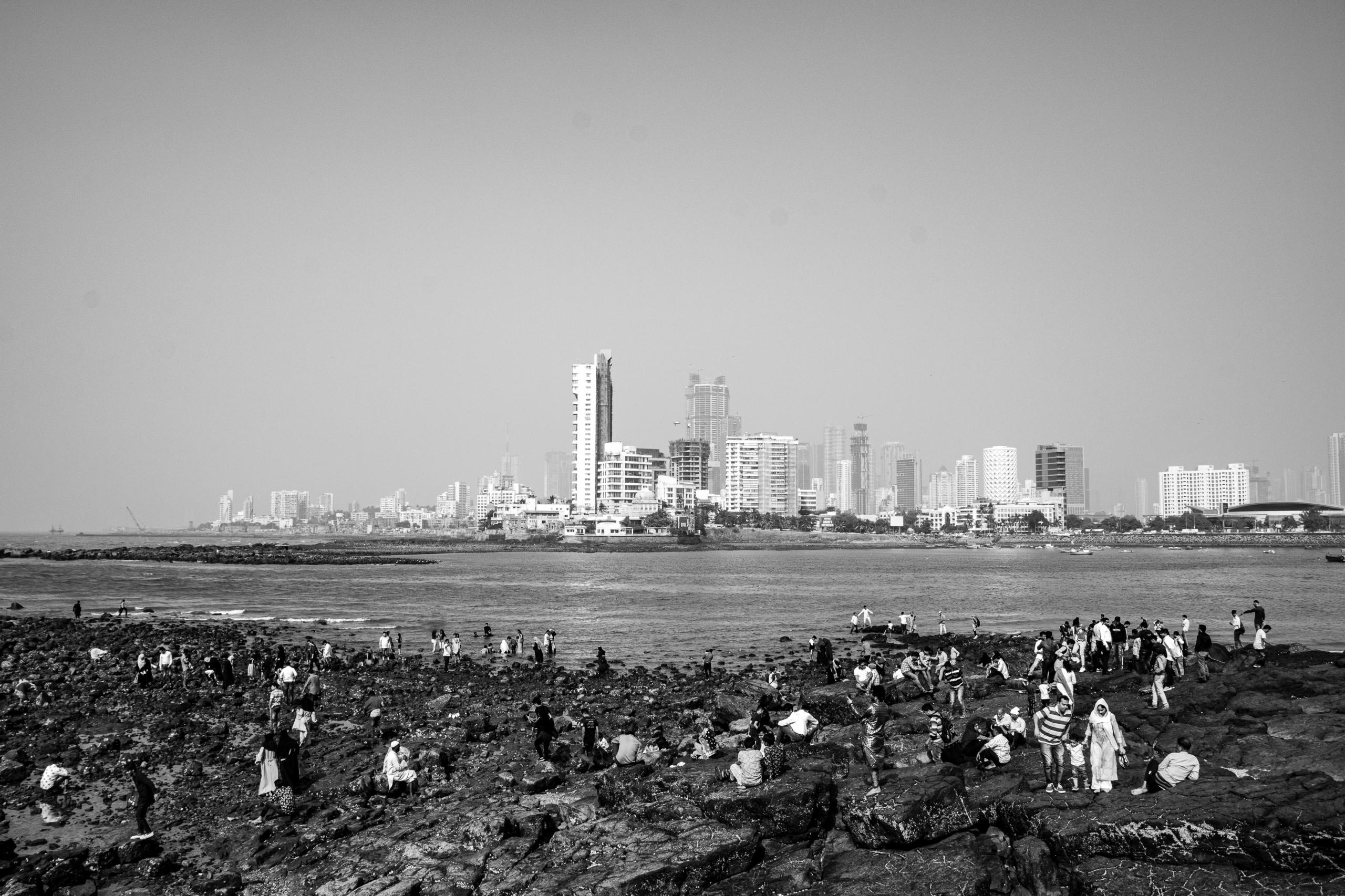 Relaks, zabawy i kapięle. W tle wieżowce Mahalakshmi i Worli | Haji Ali Dargah | Mumbaj | Indie